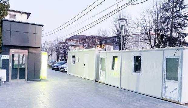 """""""Organizarea de şantier"""" a reprezentat un container instalat pe trotuar, în vecinătatea unui alt """"obiectiv de patrimoniu"""" - wc-ul smart de 400.000 euro"""