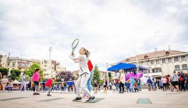 Jocurile, concursurile şi concertul Cleopatrei Stratan au însufleţit Mioveniul 6