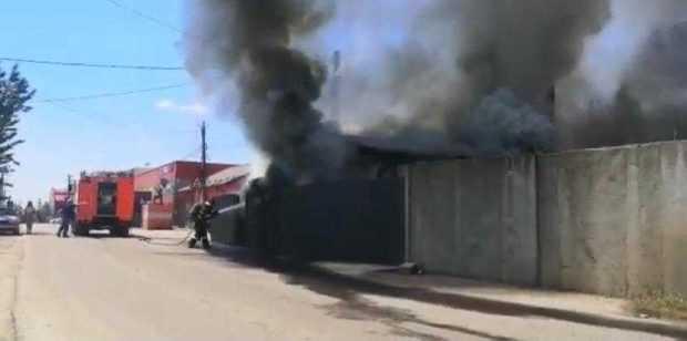 Incendiu puternic la o fabrică din Pitești. Un bărbat a suferit arsuri de gradul 1 5