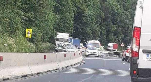 ACCIDENT PE DN 7 - O șoferiță a intrat cu mașina în balustrada de beton! 5