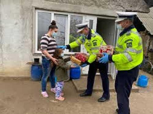 Gest frumos făcut de doi polițiști din Lunca Corbului. Au oferit dulciuri pentru copii și veste reflectorizante pentru părinți 3