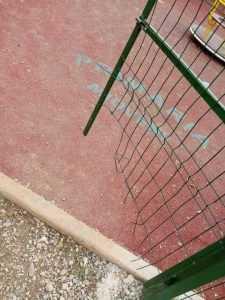 Poarta de la spațiul de joacă din Făget